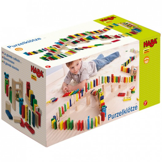 Circuito de dominó con piezas de madera