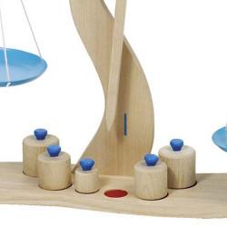 Balanza de madera con 6 pesos