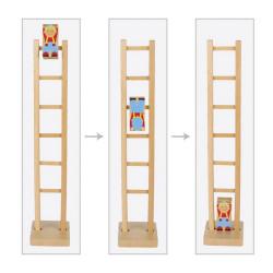 Payaso Climbi en la escalera de madera