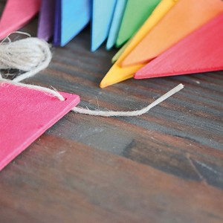 Banderines de madera para enhebrar y decorar - colores arco iris