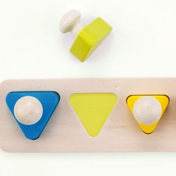 Puzzle de triángulos con pomo de madera