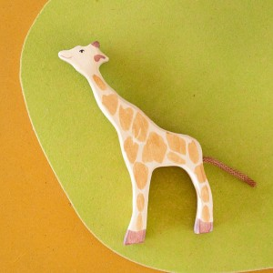Jirafa pequeña comiendo - animal de madera