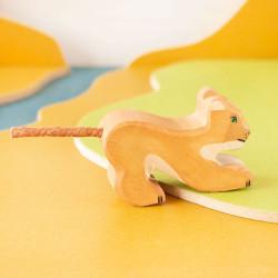 León pequeño jugando - animal de madera