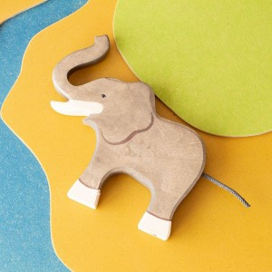 Elefante con la trompa arriba - animal de madera