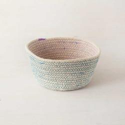 Cesta artesanal de Yute blanca, azul y rosa