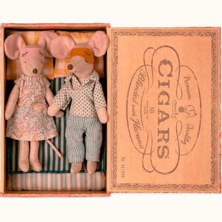 Papá y Mamá ratones en caja de habanos
