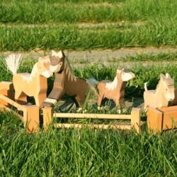 Potro moteado parado - animal de madera